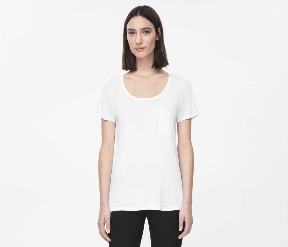 68a19280b513 https://metromode.se/files/2015/09/cos-t-shirt-vit-rundhalsad-basplagg.jpg