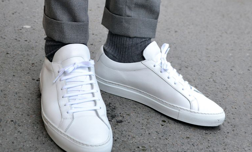 vita sneakers till kostym