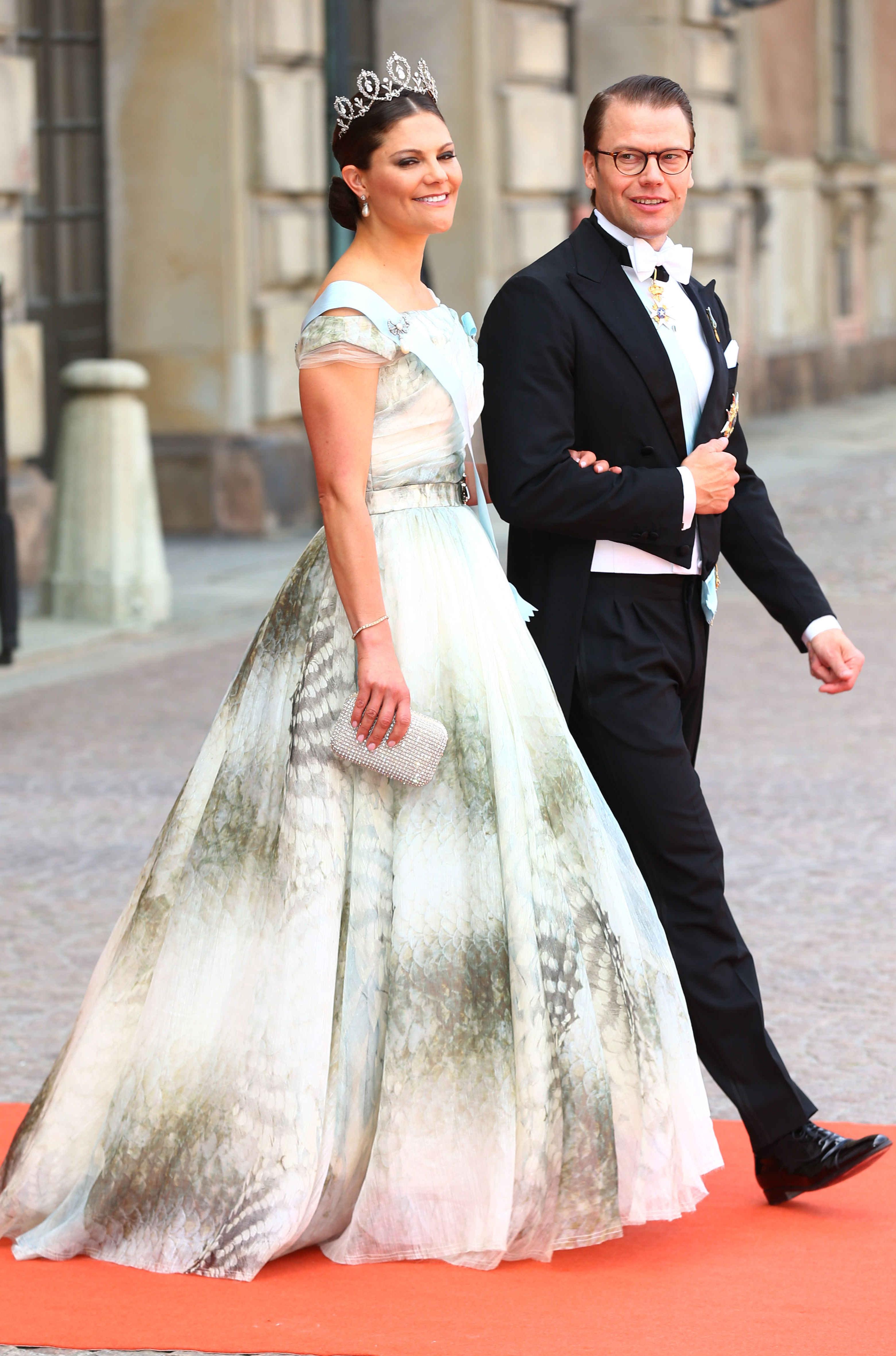 dd2eef0ee799 Vem minns inte när Kronprinsessan Victoria bar den här specialdesignade  klänningen från H&M Conscious Collection på prinsessan Sofia och Prins Carl  Philips ...