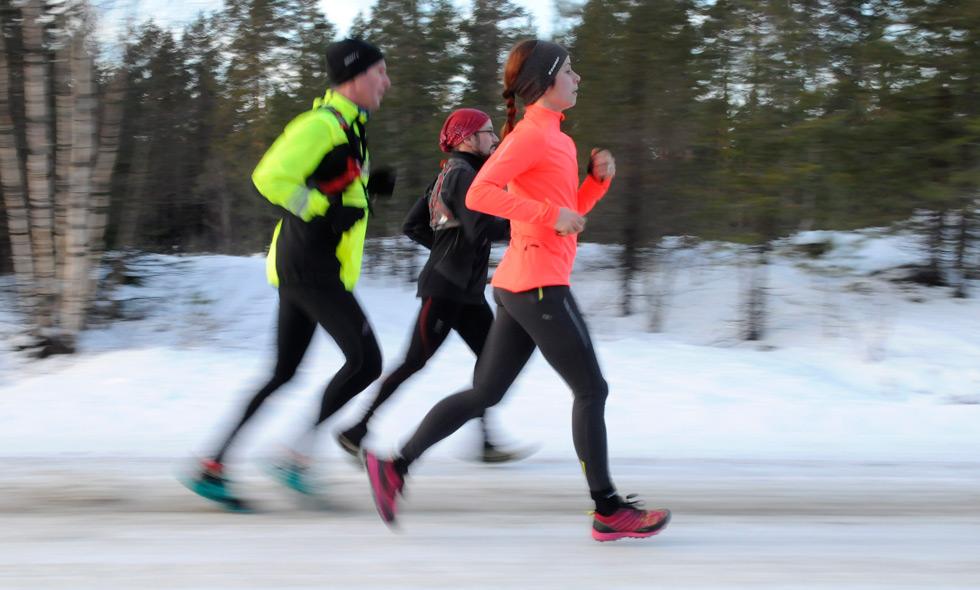 I motsats till vad många tror så går det alldeles utmärkt att springa även  under kalla höst- och vinterdagar. Ställ inte upp löpskorna på hyllan utan  kolla ... 782bd24b328b2