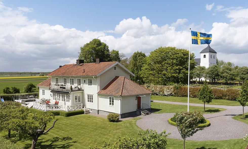 Lantlig prästgård eller tvårummare i Stockholm? Båda kostar lika mycket…