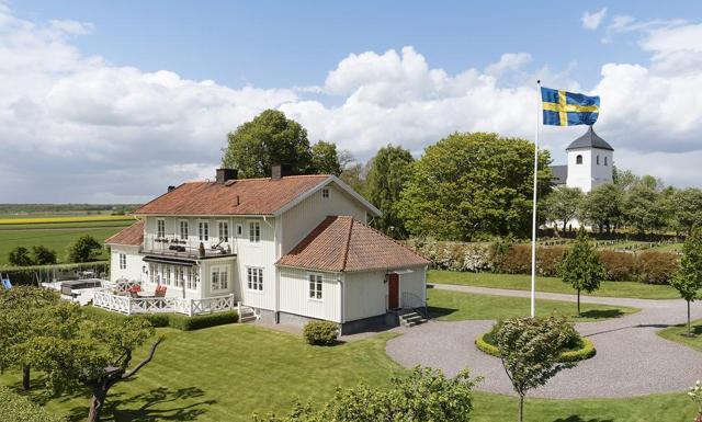 Lantlig prästgård eller tvårummare i Stockholm? Båda kostar lika mycket...