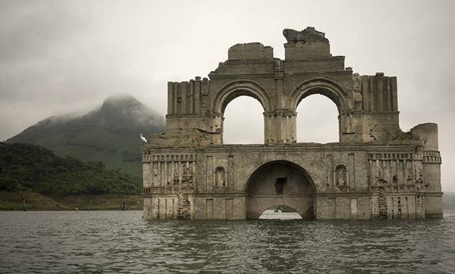 400-årig kyrka har rest sig ur vattnet