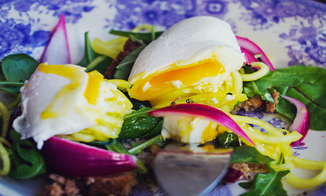 Hannas superfrukost: Pocherat ägg med picklad rödlök och curryzucchini