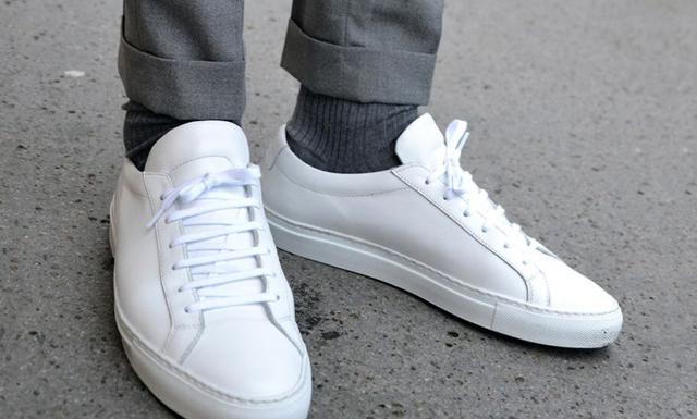 Ja, du kan bära sneakers till kostym – här är en enkel och snabb guide