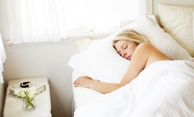 Forskning: 4 starka hälsofördelar med att sova naken