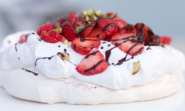 Somrig pavlova med kikärtsspad, jordgubbar och pistagenötter – perfekt till mors dag!