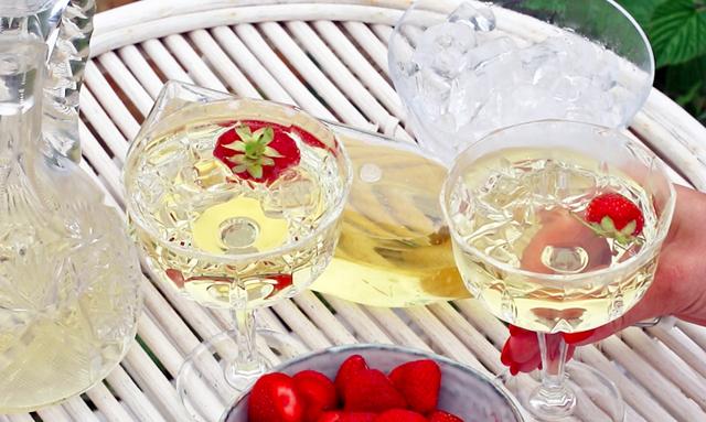 WEBB-TV: Så gör du sommarens godaste drink – Fläderbellini