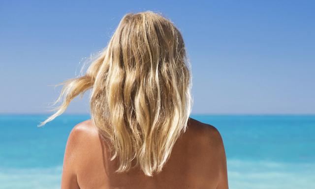 8 knep för att undvika slitet hår i sommarhettan