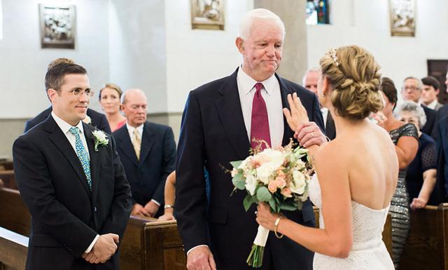 Bruden går nedför altargången med mannen som fick hennes fars hjärta