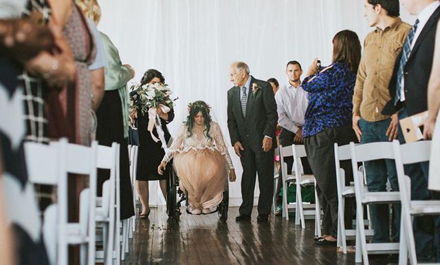 Ryggmärgsskadade bruden överraskade alla – gick på sin bröllopsdag
