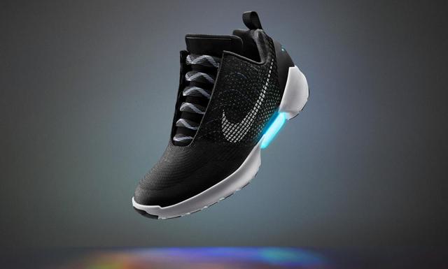 Då kommer Nikes självsnörande skor i butik