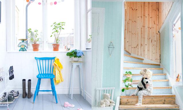 Veckans hem: Retroinspirerad och färggrann inredning hos familjen i Dalarna