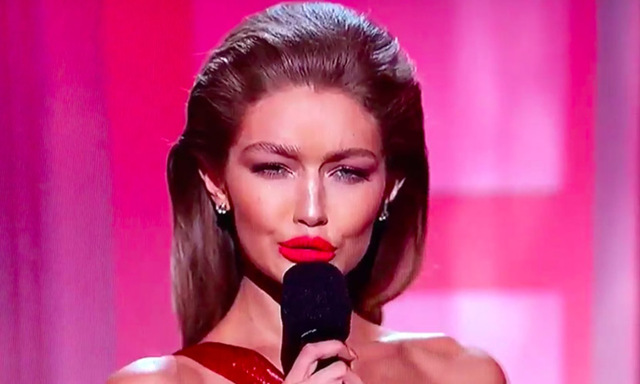 Du får INTE missa Gigi Hadids klockrena Melania Trump-imitation