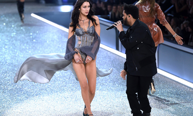 The Weeknd och Bella Hadid's ögonblick under Victoria's Secret Fashion Show