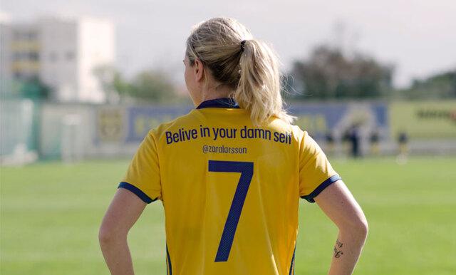Fotbollslandslaget hyllar powerkvinnor med nya matchtröjan!