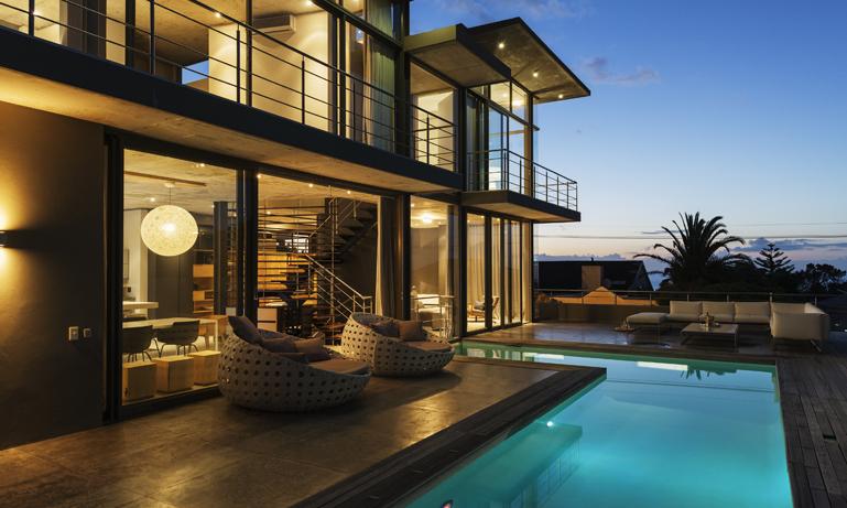 Luxury house with swimming pool illuminated at night Foto: Caia Images /IBL BildbyrOBS: Endast Icke exklusiv redaktionell anv‰ndning. Fˆr annan anv‰ndning - kontakta IBL