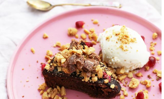Mjuk snickerskaka med vaniljglass på 3 ingredienser fixar helgmyset