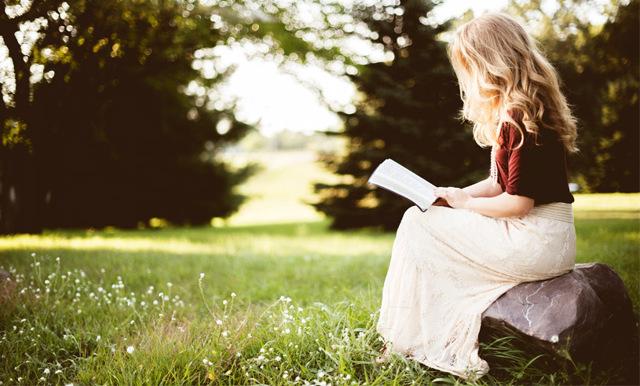 3 anledningar till varför du ska läsa en bok istället för att titta på tv – för att hålla dig hälsosam