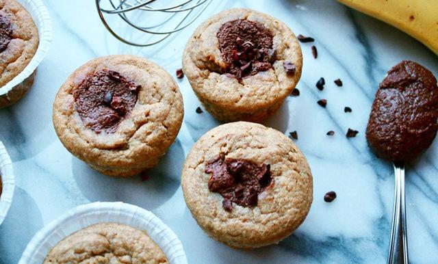 Nyttiga bananmuffins fyllda med ljuvlig hemgjord nutella