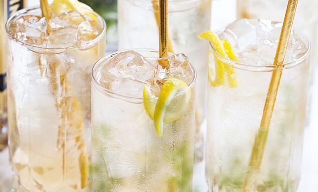 Så enkelt blandar du sommarens trendigaste drink med smak av fläder