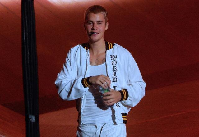 Justin Bieber cyklar runt i skogen i Sverige och kramar fans