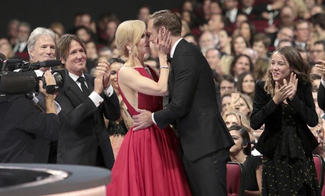 Skarsgård kammar hem sin första Emmy – får en intim kyss av Nicole Kidman