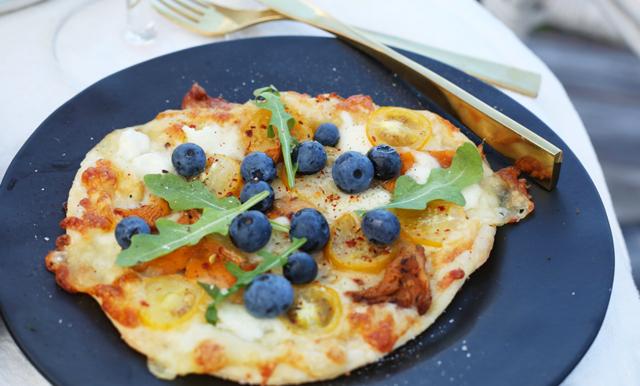 Välkomna hösten med en enkel kantarellpizza – toppad med blåbär