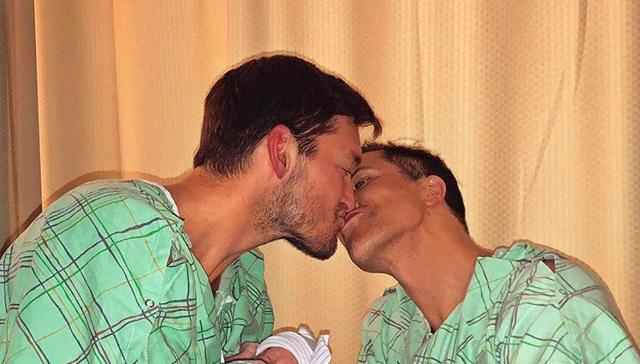 Stjärnmäklaren Fredrik Eklund har blivit pappa - nu visar han upp tvillingarna