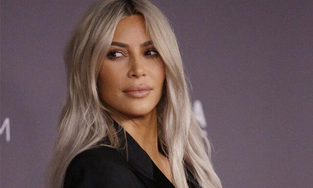Här dricker Kim Kardashian sardin-smoothie för att undvika bekräfta systrarnas graviditet