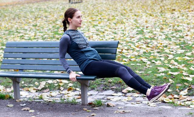 Träna mage, armar och axlar på en bänk – 5 övningar på 20 minuter!