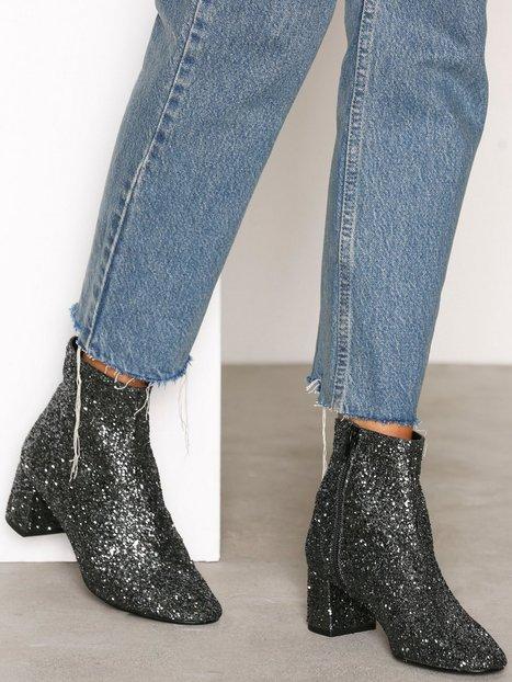 Lyft din outfit med ett par glittriga skor – här är 12 trendiga köp ... bc349c77379c0