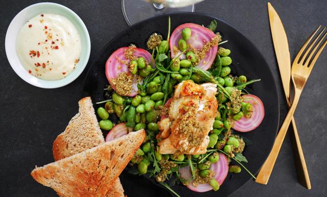 Veckans matiga salladsdröm med hemgjord aioli – är klar på 10 minuter