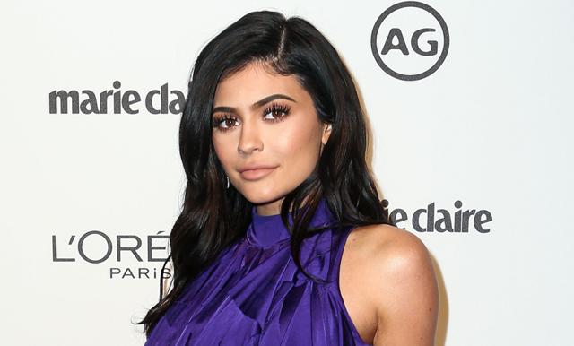 Kylie Jenner har fått barn och hon berättar det med världens sötaste film