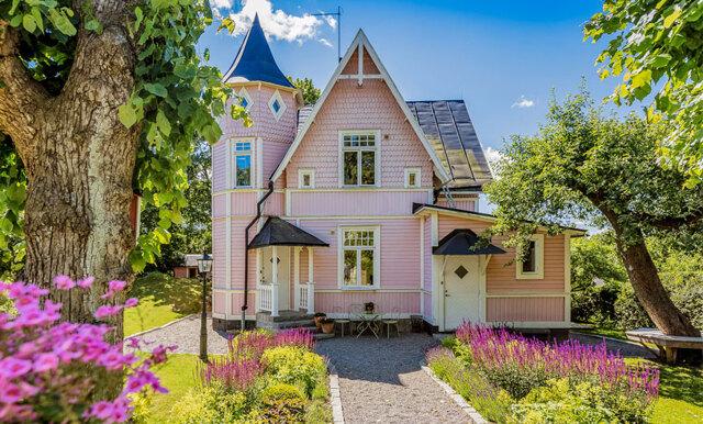 Det unika rosa tornhuset är våra drömmars villa – vi vill flytta in direkt!