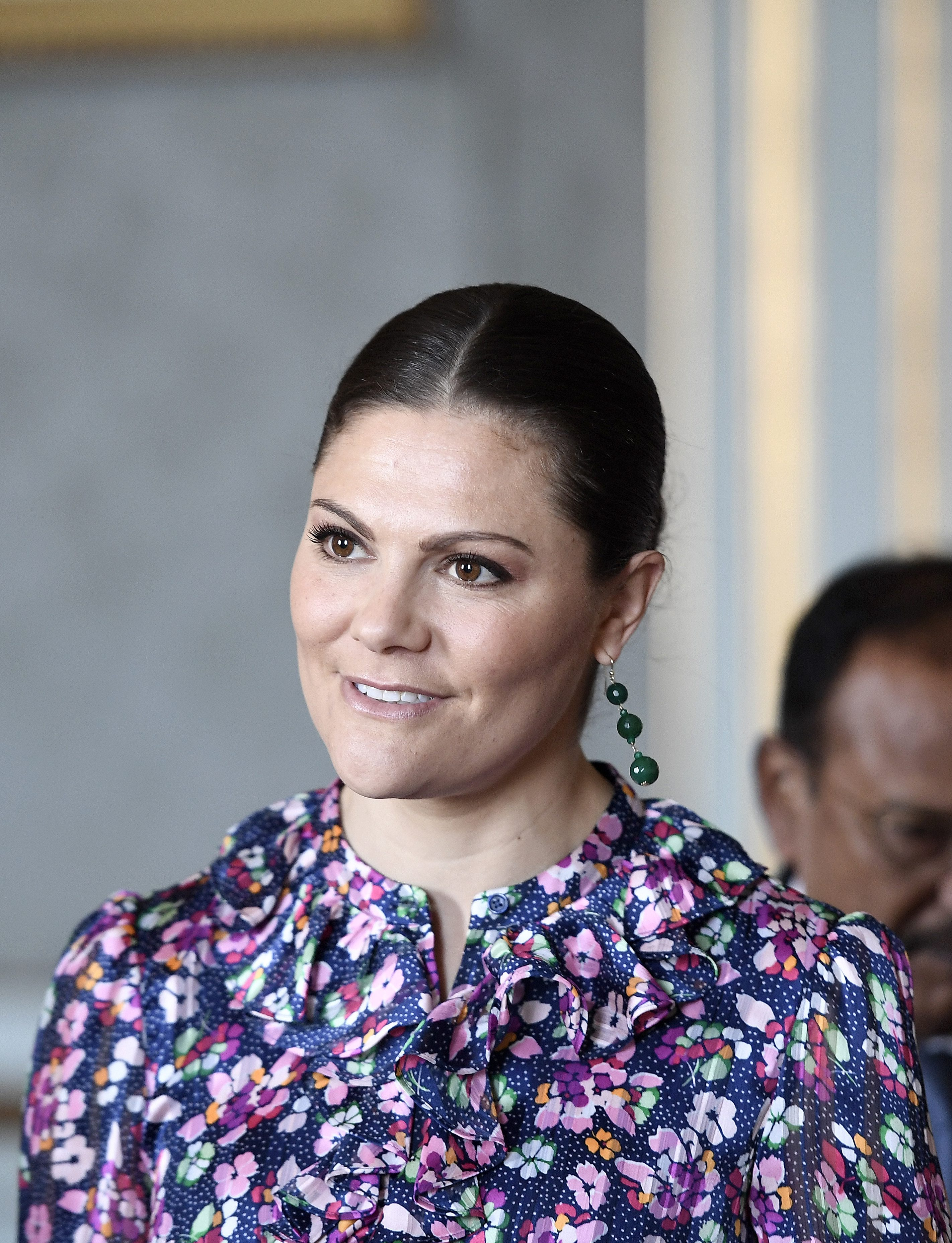 Vi vill bära kronprinsessans blommiga och färgglada klänning – här ... e7a7600521bb1