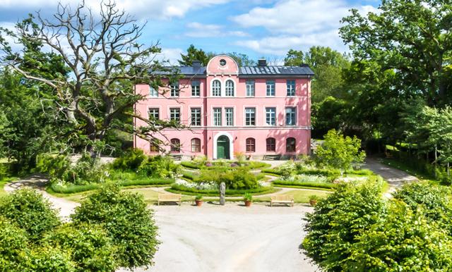 Veckans hem är en rosa herrgårdsdröm – som är lika rosa ute som inne!