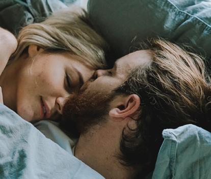 9 olika sovställningar – det här betyder de i er relation!