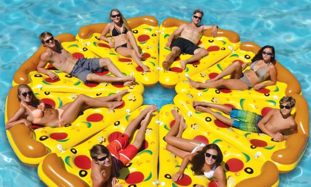 Sommarens ultimata poolhäng – här är den uppblåsbara pizzabadmadrassen!