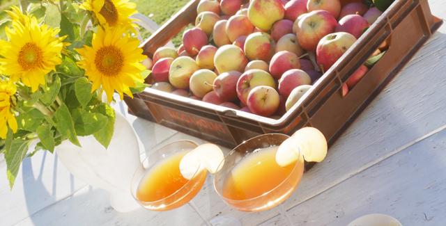 Så enkelt gör du din egen äppelmust (och festlig äppelbellini)!