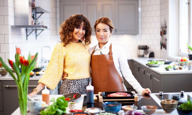 Japansk festmåltid när Lin och Sara lagar biff teppanyaki