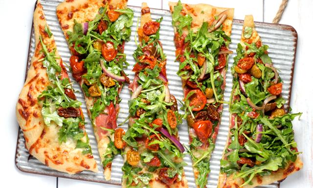 Fixa helgmyset med en nybakad italiensk pizza – klar på en kvart