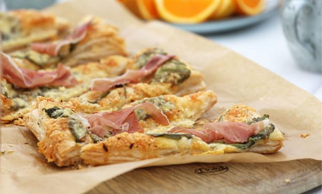 Så gör du sommarens frasigaste smördegspizza – på 5 minuter