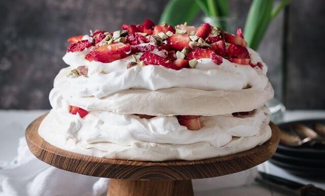 Vegansk & glutenfri pavlova med jordgubbar och pistagenötter