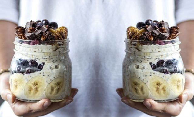 Overnight oats med tahini och världsgod topping