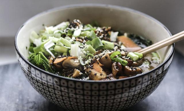 Vegetarisk ramen med svamp och grönkål