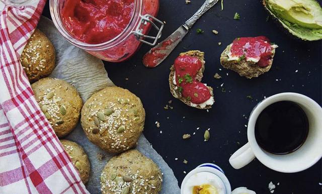 Härligt saftiga sötpotatisbröd med världens enklaste jordgubbsmarmelad