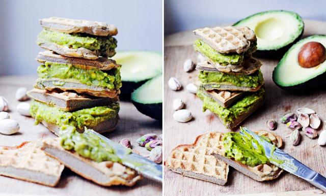 Frasiga våfflor med söt avokado- och pistagekräm