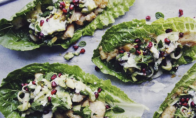 Krispiga salladswraps med avokado – och passionsfruktssalsa