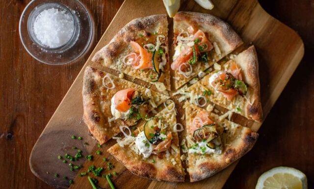 Fredagslyx – surdegspizza med citronkräm, kallrökt lax och citronstekt zucchini